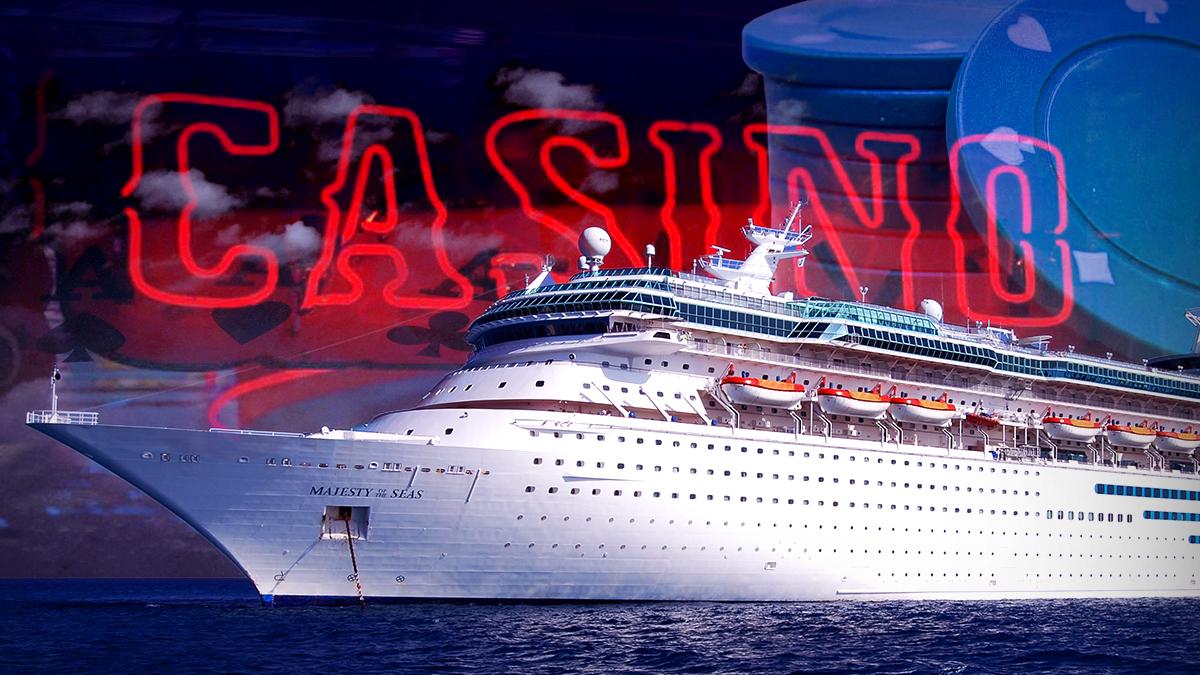 Kapal Pesiar Dengan Tanda Kasino dan Keripik di Latar Belakang
